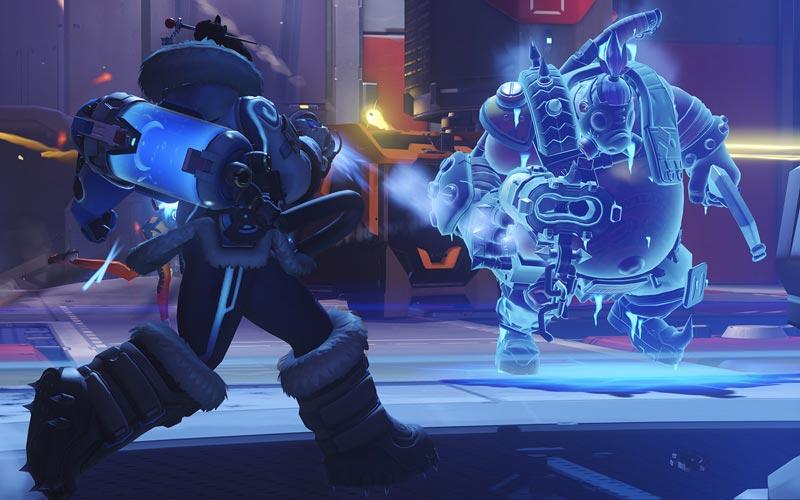 冷凍スプレーで敵を凍らせるメイ