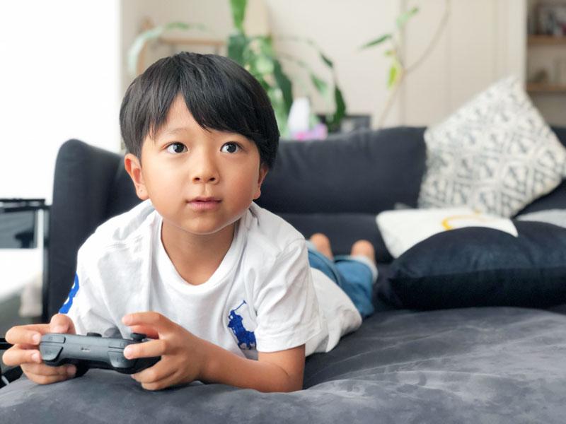 ゲームをプレイする子どもイメージ